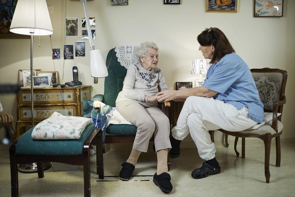 Foto av eldre dame og helsepersonell