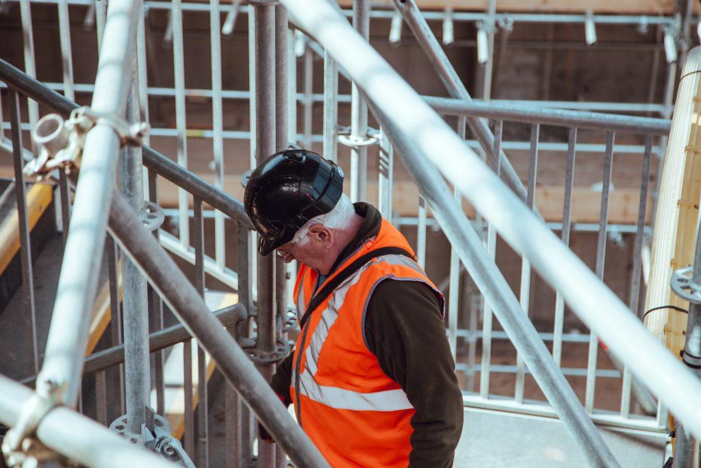 Foto av eldre mann i bygge-bransjen Illustrasjonsfoto av Clem Onojeghuo /Unsplash