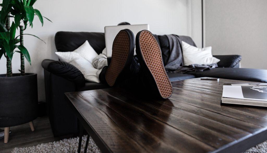 Illustrasjonsbilde av mann på sofa med pc