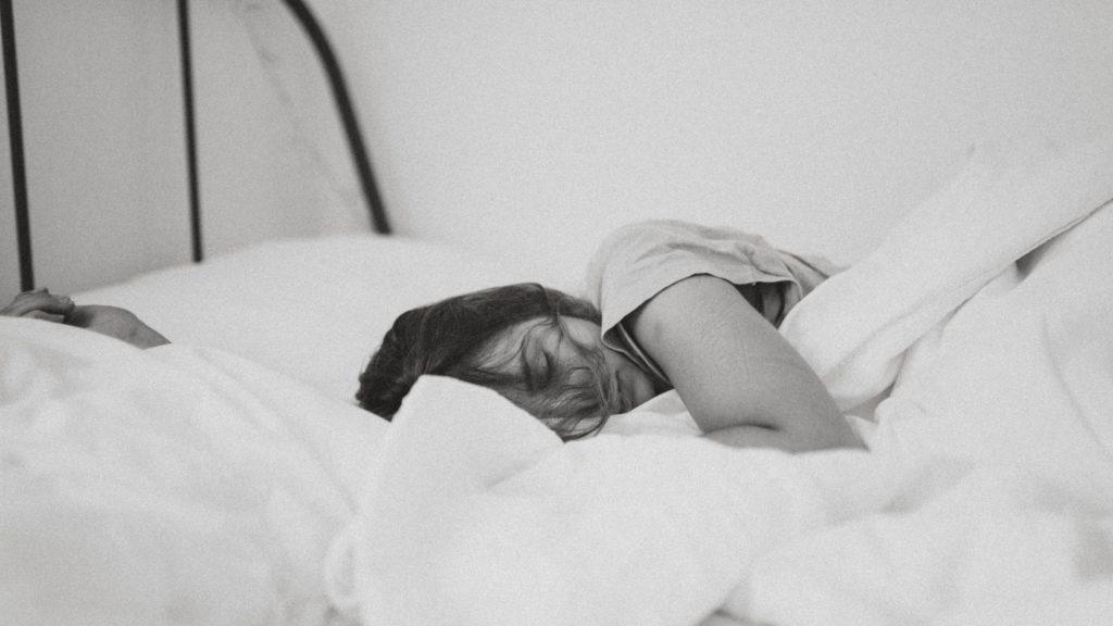 Bilde av dame i seng