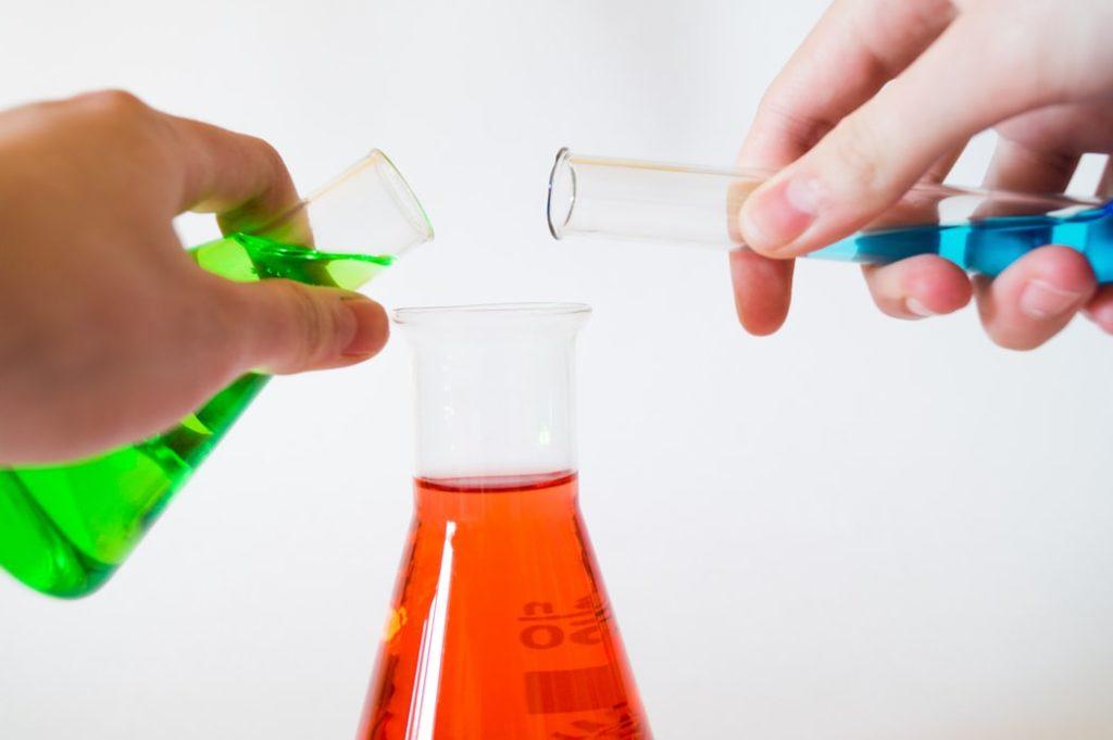 Blanding av kjemiske stoffer i glassflaske