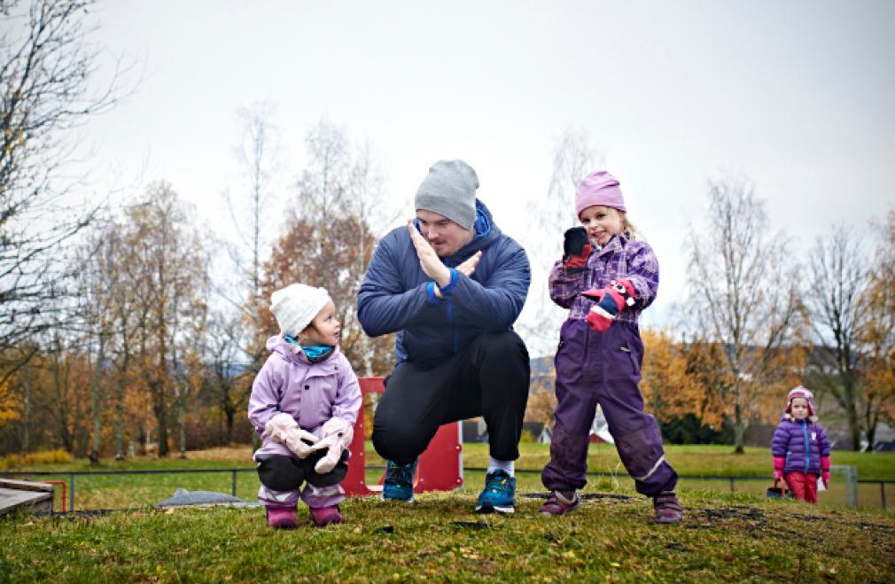 Bilde av barn og barnehageansatt som leker.