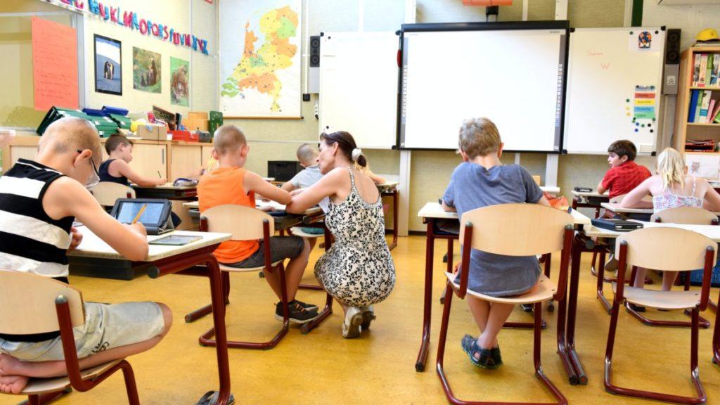 Bilde av lærer i klasserom med barn
