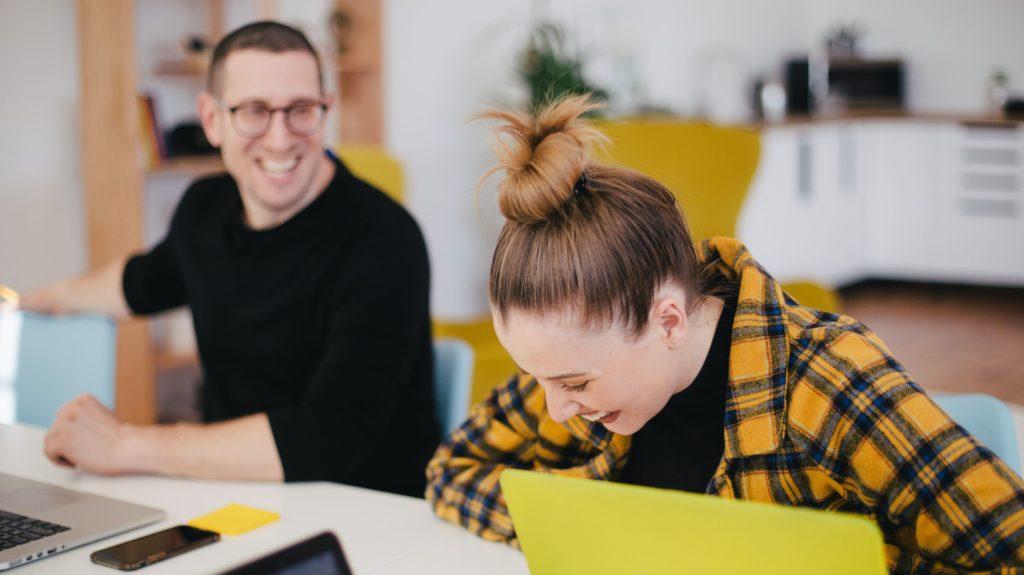 Bilde av to kollegaer som ler.
