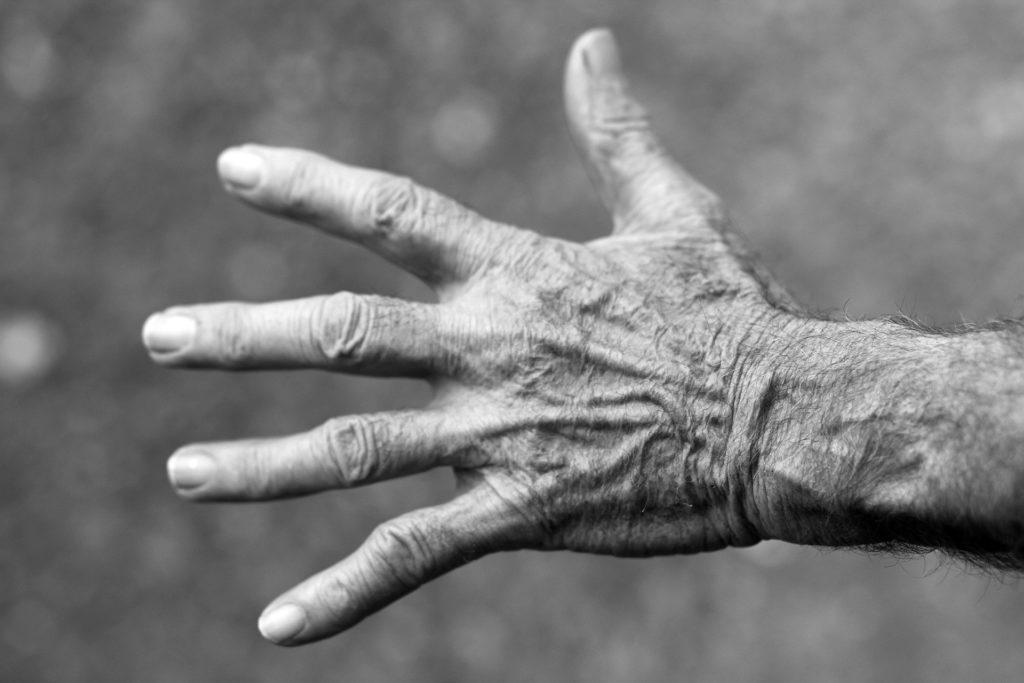 Sort-hvitt bilde av hånden til en eldre dame