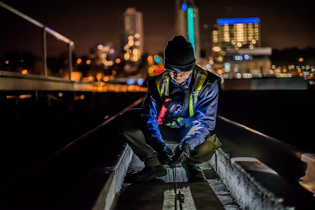 Veiarebider driver vedlikehold av vei om natten.