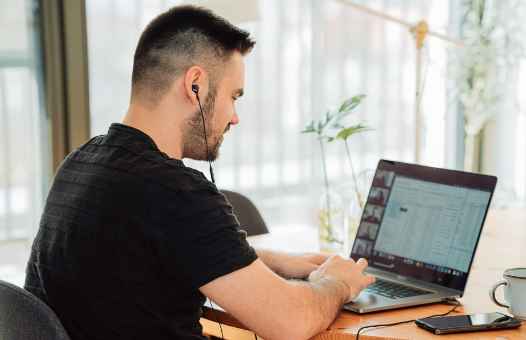 Bilde av mann foran bærbar PC på hjemmekontoret